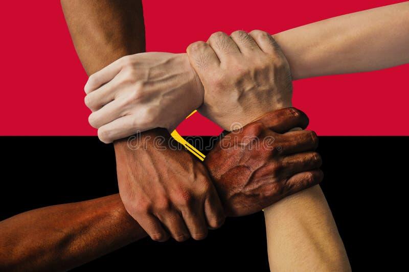 Bandera de Angola, integraci?n de un grupo multicultural de gente joven fotografía de archivo