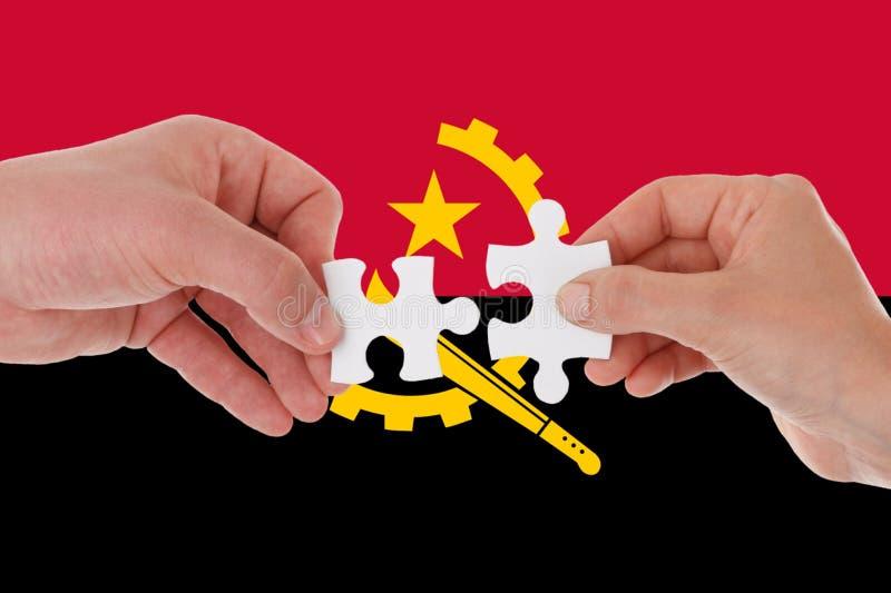 Bandera de Angola, integraci?n de un grupo multicultural de gente joven imagen de archivo libre de regalías