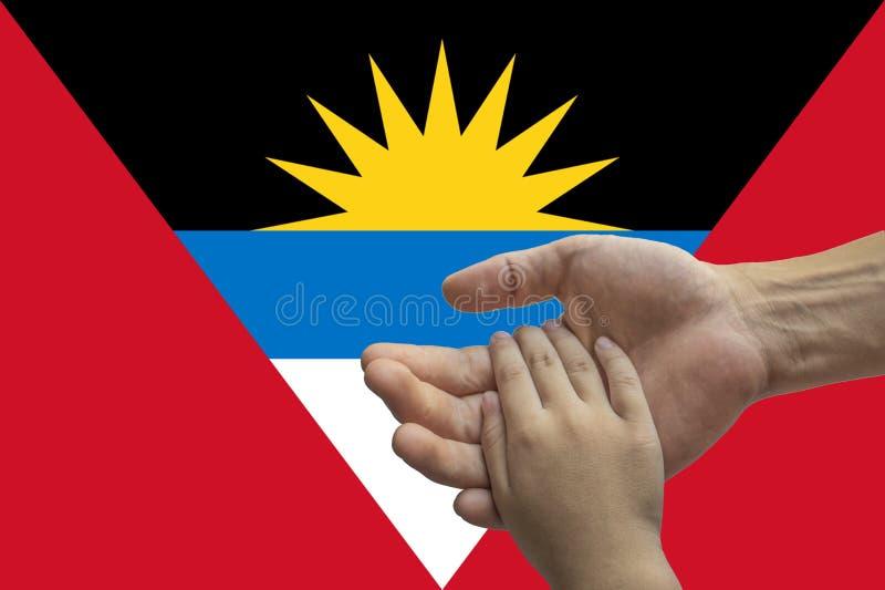 Bandera de Antigua y de Barbuda, integraci?n de un grupo multicultural de gente joven fotografía de archivo libre de regalías