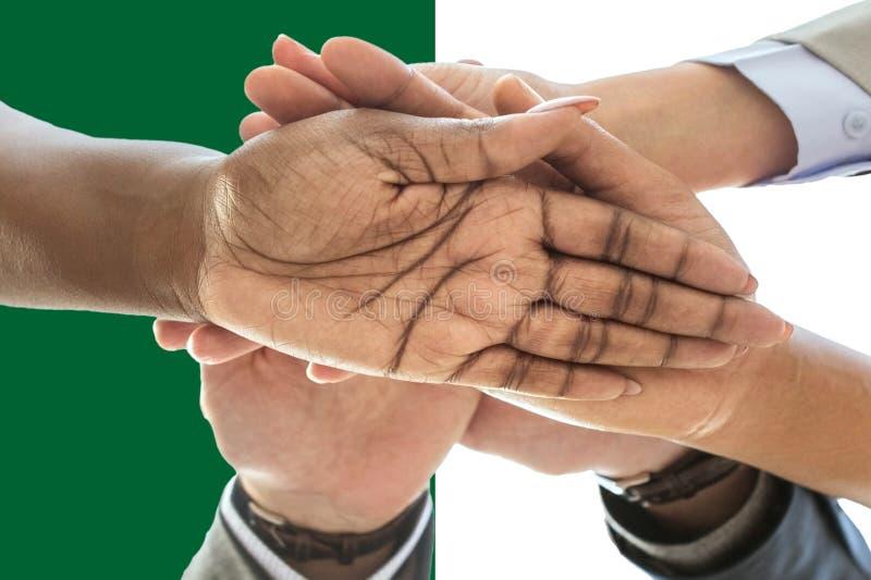 Bandera de Argelia, integración de un grupo multicultural de gente joven imágenes de archivo libres de regalías