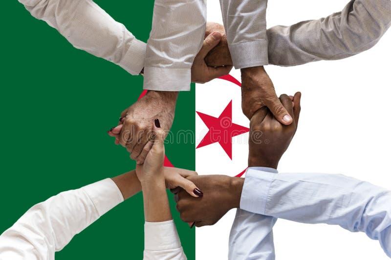 Bandera de Argelia, integraci?n de un grupo multicultural de gente joven imagen de archivo