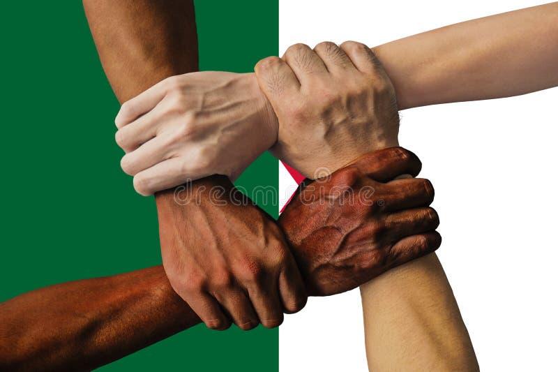 Bandera de Argelia, integraci?n de un grupo multicultural de gente joven imagenes de archivo
