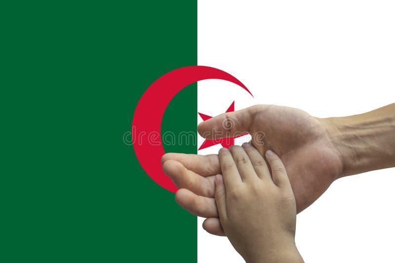 Bandera de Argelia, integraci?n de un grupo multicultural de gente joven fotografía de archivo libre de regalías