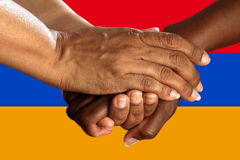 Bandera de Armenia, integración de un grupo multicultural de gente joven imagen de archivo