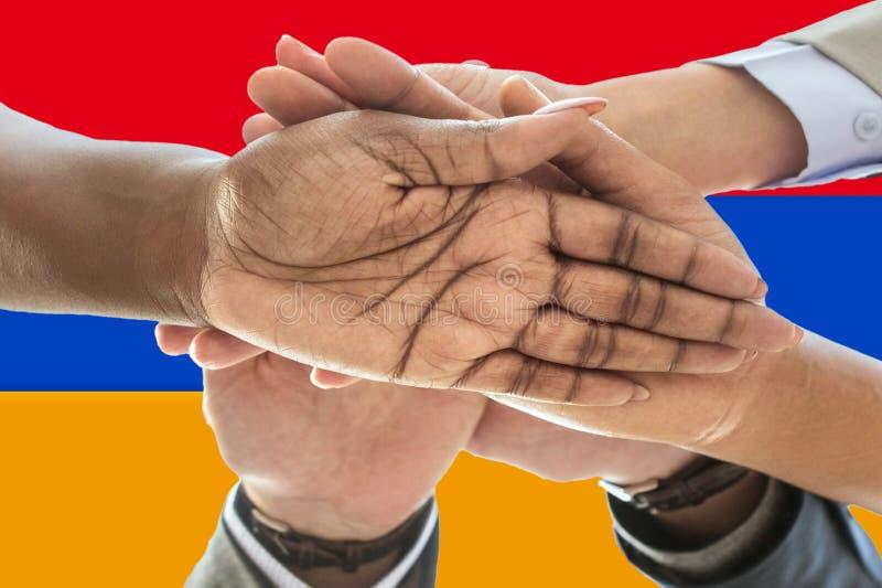 Bandera de Armenia, integraci?n de un grupo multicultural de gente joven imagenes de archivo
