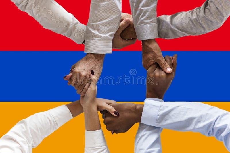 Bandera de Armenia, integraci?n de un grupo multicultural de gente joven fotografía de archivo libre de regalías