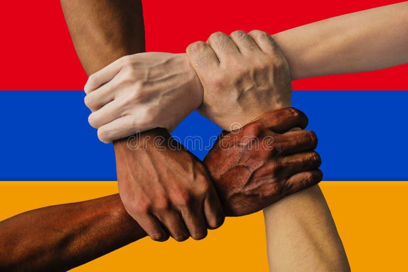 Bandera de Armenia, integraci?n de un grupo multicultural de gente joven fotos de archivo libres de regalías