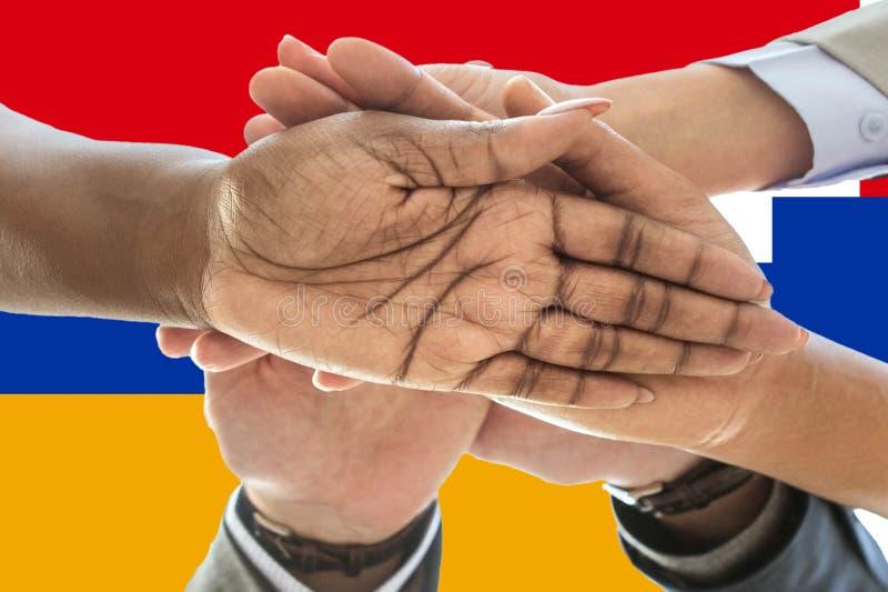 Bandera de Artsakh, integración de un grupo multicultural de gente joven foto de archivo libre de regalías