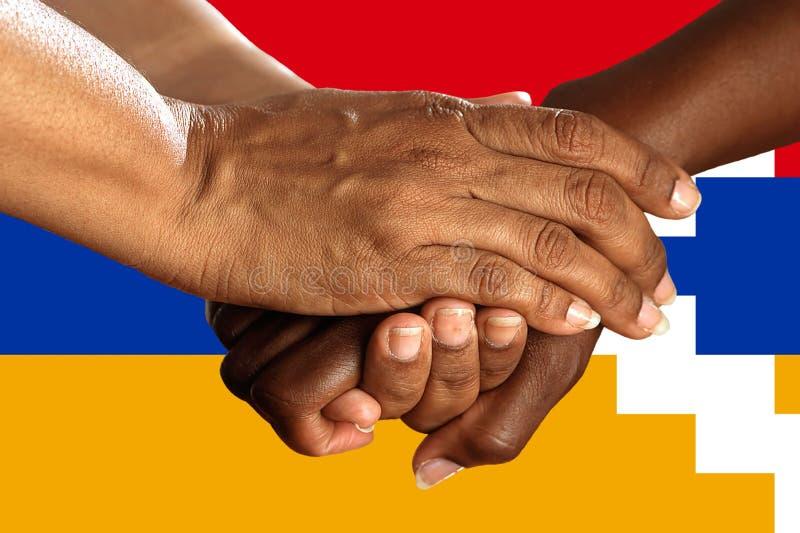 Bandera de Artsakh, integraci?n de un grupo multicultural de gente joven imagenes de archivo