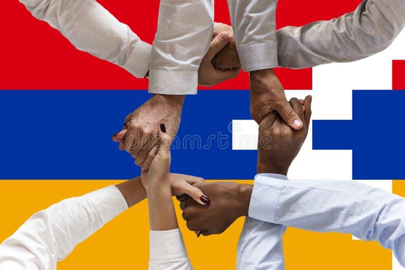 Bandera de Artsakh, integraci?n de un grupo multicultural de gente joven foto de archivo libre de regalías