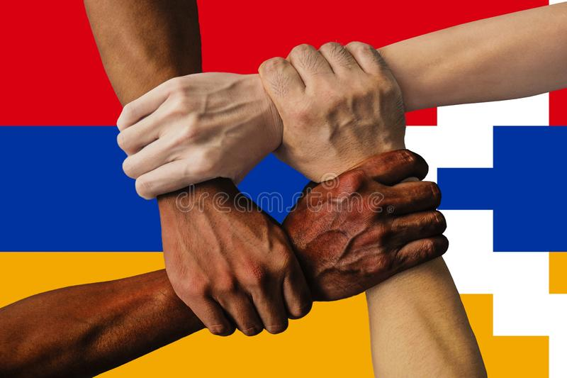 Bandera de Artsakh, integraci?n de un grupo multicultural de gente joven foto de archivo
