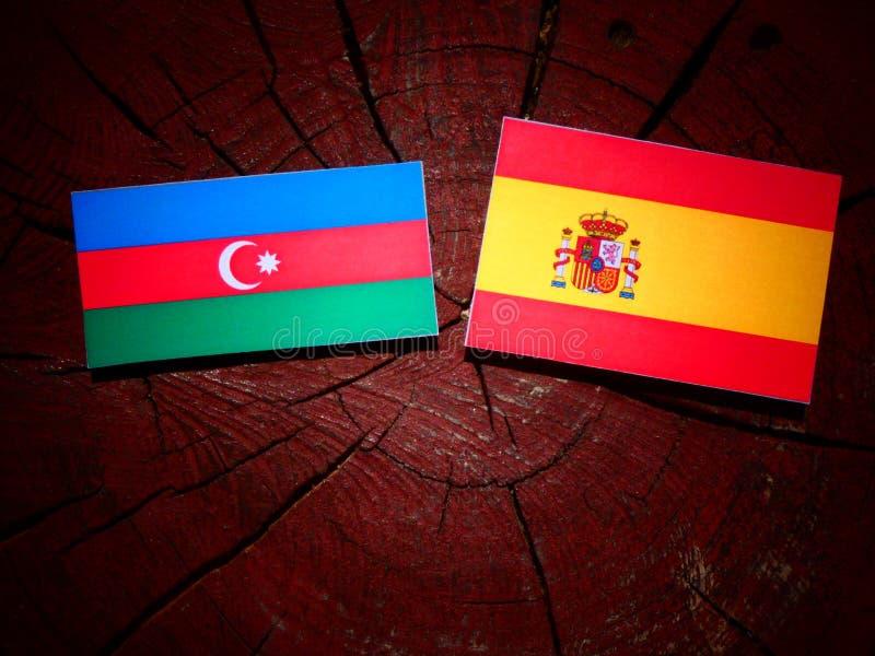 Bandera de Azerbaijan con la bandera española en un tocón de árbol foto de archivo libre de regalías