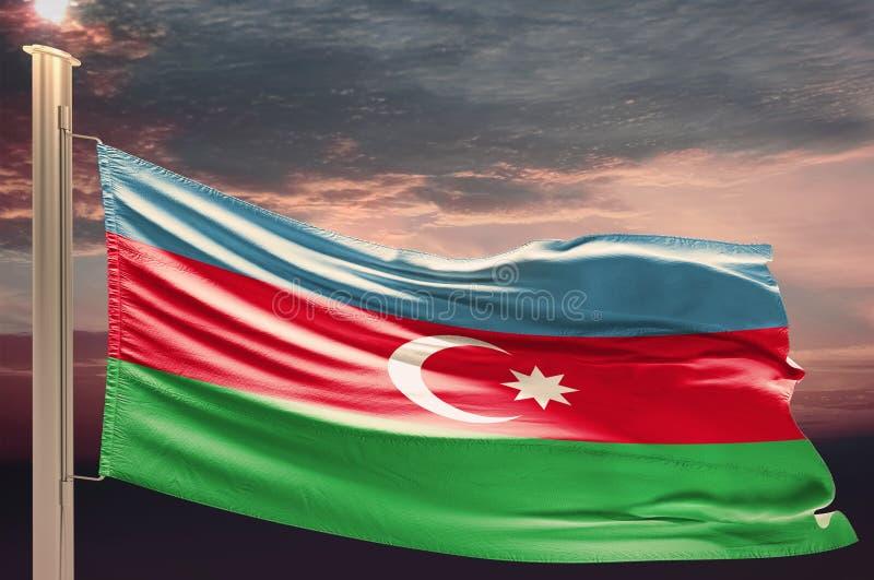 Bandera de Azerbaijan en el cielo nublado foto de archivo