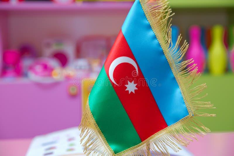 Bandera de Azerbaijan para una pequeña tabla imagenes de archivo