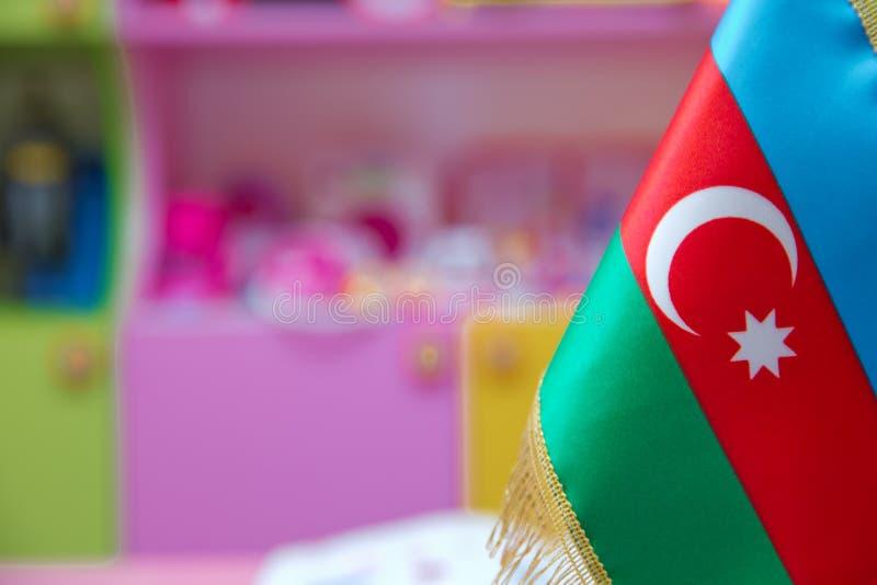 Bandera de Azerbaijan para una pequeña tabla imagen de archivo