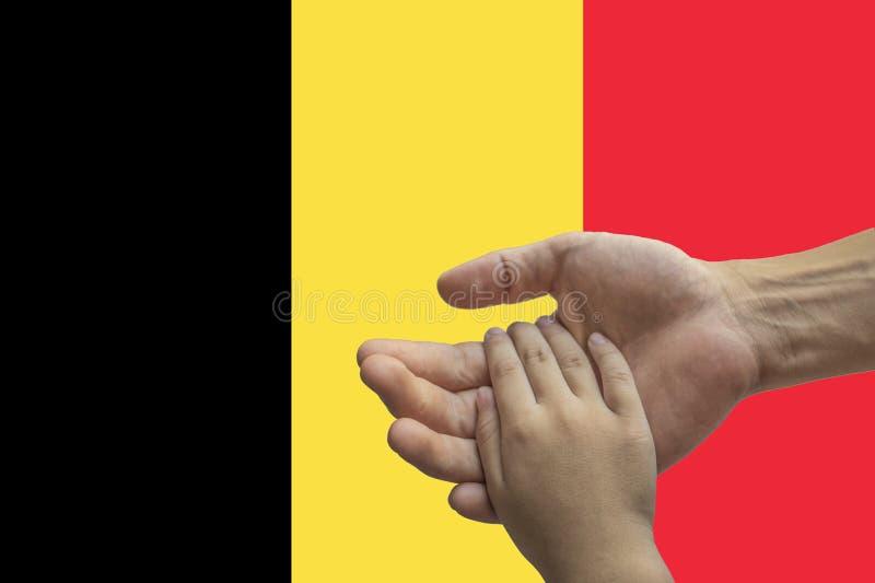 Bandera de Bélgica, integración de un grupo multicultural de gente joven fotografía de archivo libre de regalías