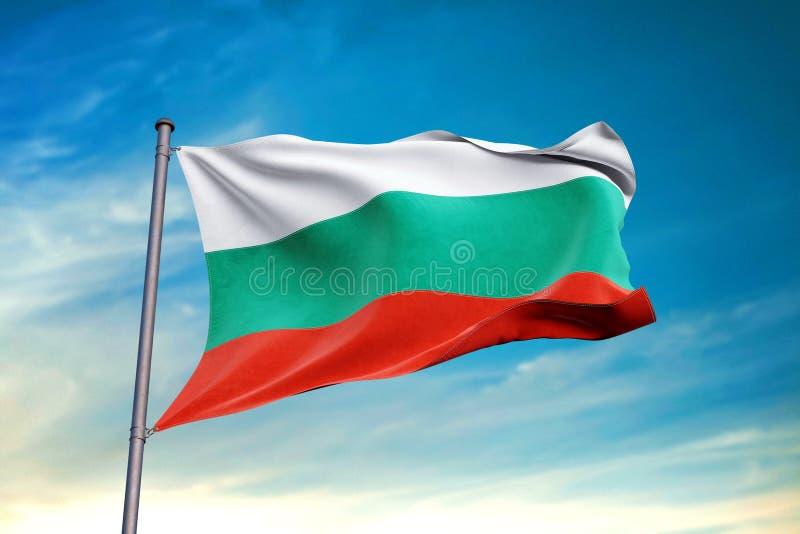 Bandera de Bulgaria que agita contra el cielo azul limpio, cierre para arriba ilustración del vector