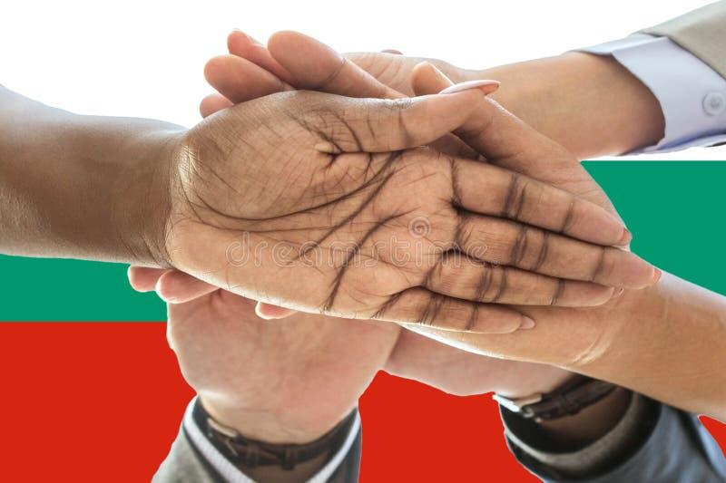 Bandera de Bulgariai, integración de un grupo multicultural de gente joven imagen de archivo
