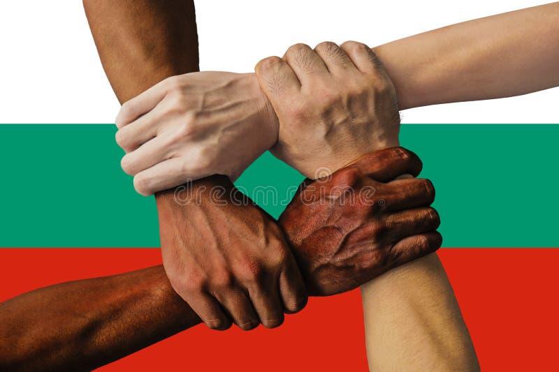 Bandera de Bulgariai, integraci?n de un grupo multicultural de gente joven foto de archivo