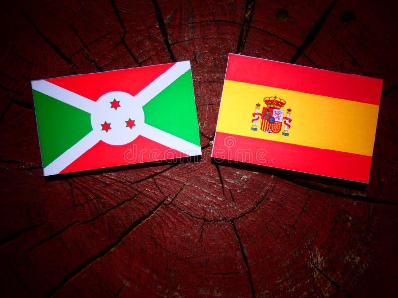 Bandera de Burundi con la bandera española en un tocón de árbol imagen de archivo libre de regalías