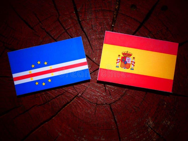 Bandera de Cabo Verde con la bandera española en un tocón de árbol imagen de archivo