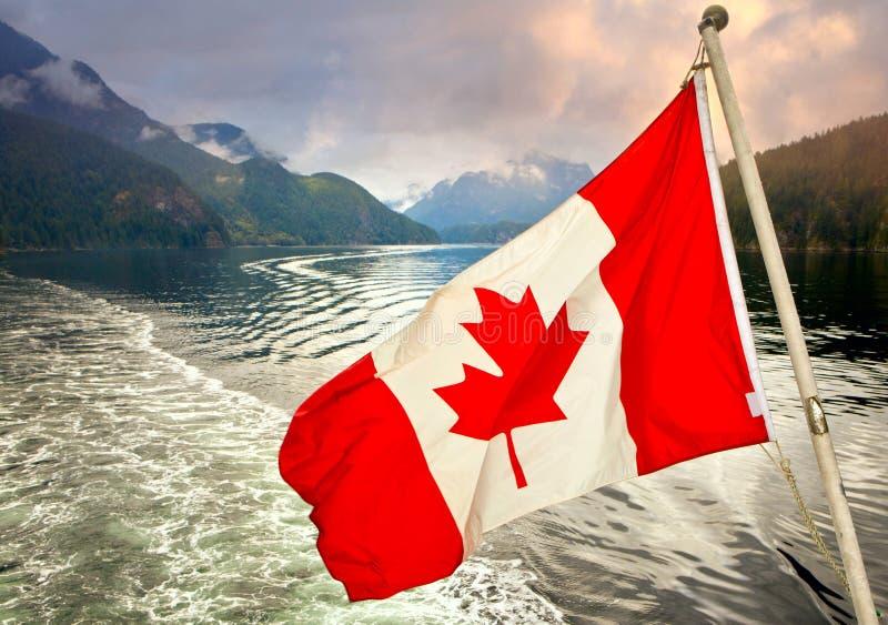 Bandera de Canadien delante de la entrada fotos de archivo libres de regalías