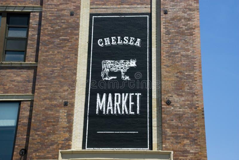 Bandera de Chelsea Market en el edificio de la arenisca de color oscuro en New York City imagen de archivo