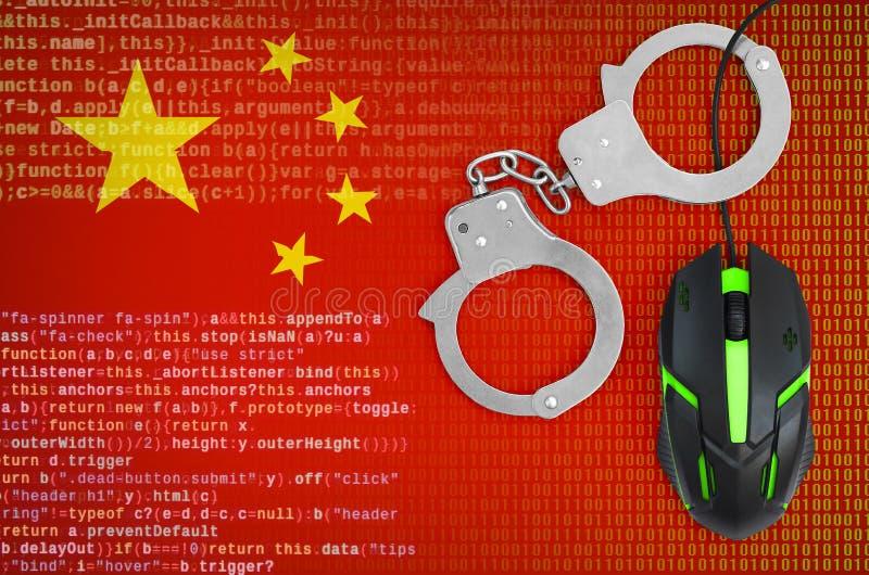 Bandera de China y ratón esposado del ordenador Delito informático, piratas informáticos y piratería de lucha imagen de archivo libre de regalías