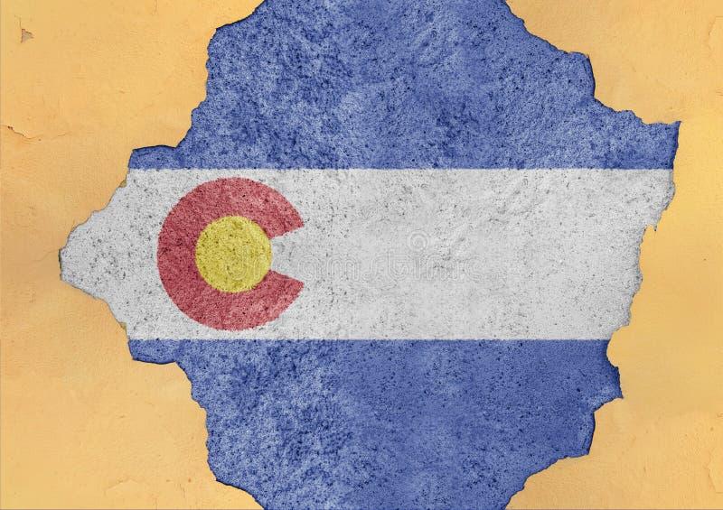 Bandera de Colorado del estado de los E.E.U.U. pintada en el agujero concreto y la pared agrietada foto de archivo