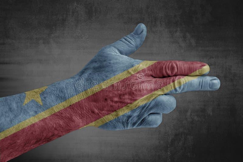 Bandera de Congo pintada en la mano masculina como un arma imagen de archivo libre de regalías