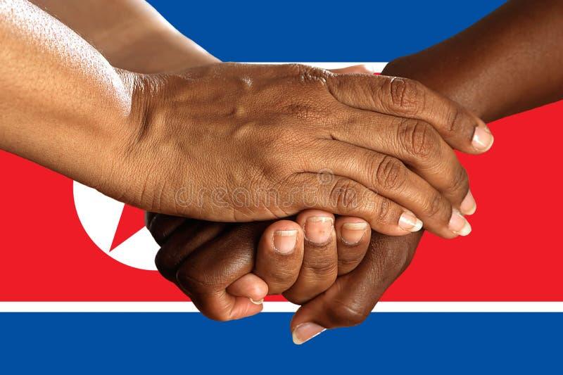 Bandera de Corea del Norte, integraci?n de un grupo multicultural de gente joven fotos de archivo