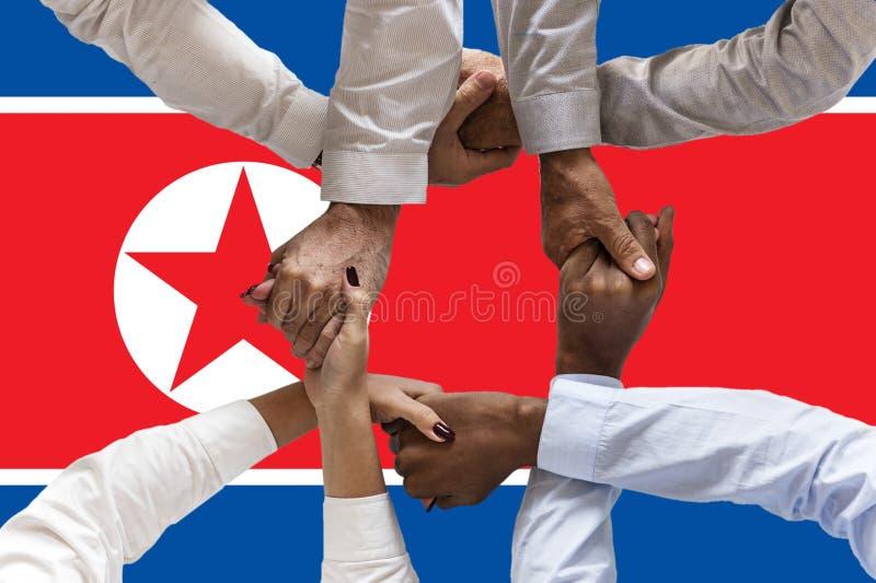Bandera de Corea del Norte, integraci?n de un grupo multicultural de gente joven imagen de archivo libre de regalías
