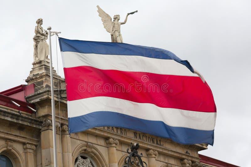 Bandera de Costa Rican y teatro nacional foto de archivo