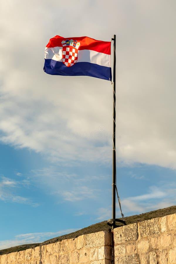 Bandera de Croacia con el cielo azul y las nubes blancas fotografía de archivo