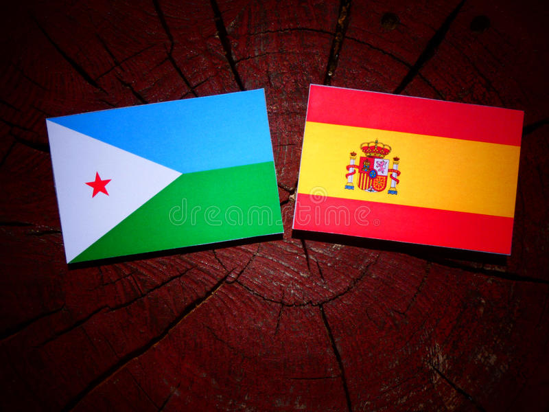 Bandera de Djibouti con la bandera española en un tocón de árbol imagenes de archivo