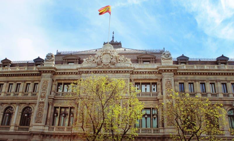 Bandera de España en el edificio viejo fotos de archivo