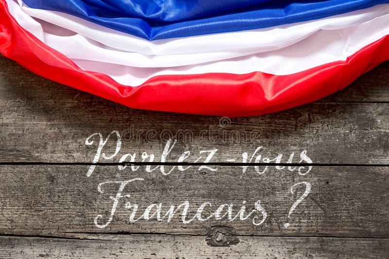 Bandera de Francia en la tabla de madera con el texto francés, lengua a del concepto imágenes de archivo libres de regalías