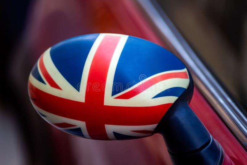 Bandera de Gran Bretaña de un mini coche en Bucarest, Rumania foto de archivo