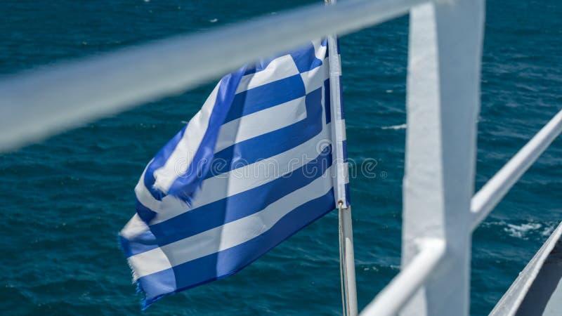 Bandera de Grecia en la parte posterior de un barco imagen de archivo libre de regalías