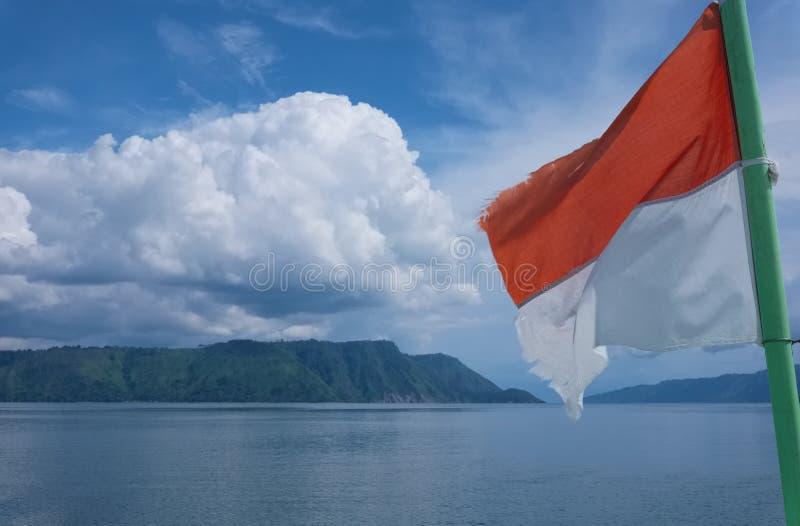 Bandera de Indonesia, lago Toba, Sumatra del norte imágenes de archivo libres de regalías
