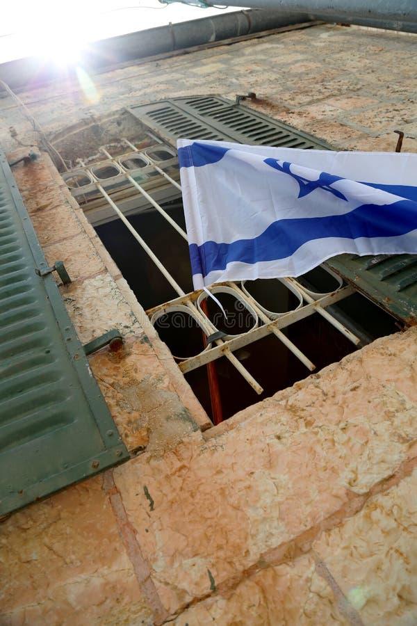 Bandera de Israel en polo de madera en ventana fotografía de archivo libre de regalías