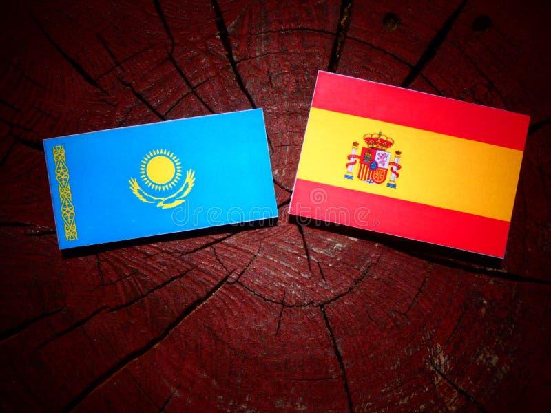 Bandera de Kazajistán con la bandera española en un tocón de árbol imagen de archivo