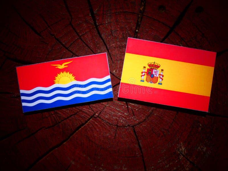 Bandera de Kiribati con la bandera española en un tocón de árbol imagen de archivo libre de regalías