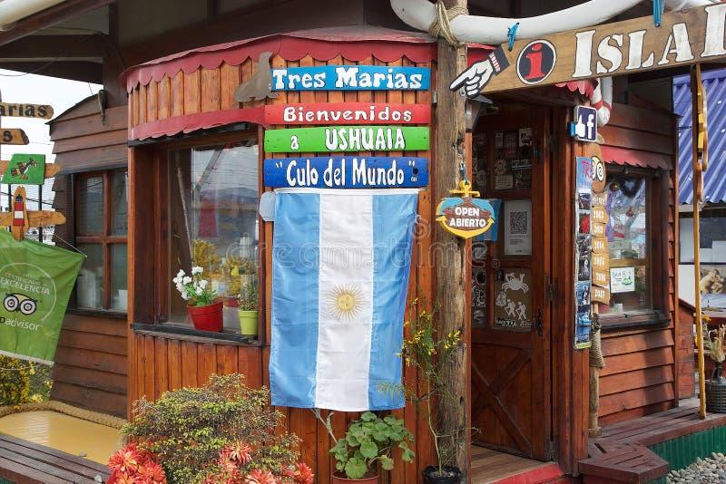 Bandera de la Argentina en la entrada de una agencia turística en Ushuaia, la Argentina fotos de archivo