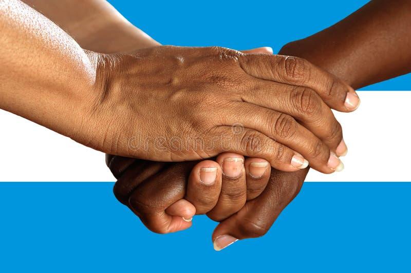 Bandera de la Argentina, integraci?n de un grupo multicultural de gente joven fotos de archivo libres de regalías