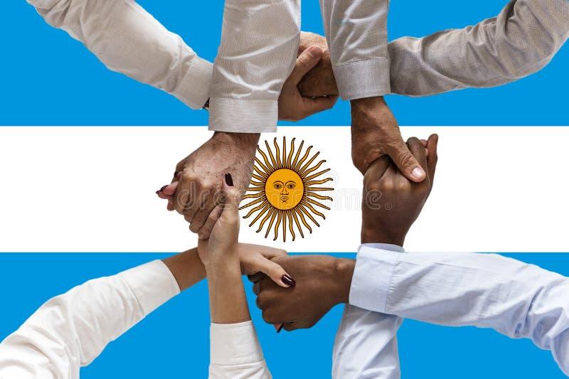 Bandera de la Argentina, integraci?n de un grupo multicultural de gente joven imágenes de archivo libres de regalías