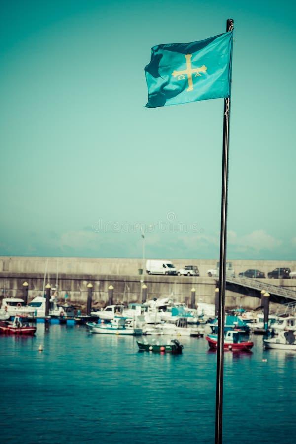 Bandera de la comunidad autónoma de Asturias del español que agita en el viento fotografía de archivo libre de regalías