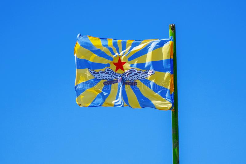 Bandera de la fuerza aérea rusa contra el cielo azul imagen de archivo libre de regalías