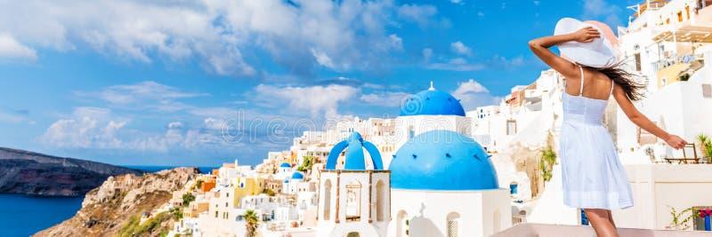 Bandera de la mujer del viaje tur?stico de Europa - Oia Santorini imágenes de archivo libres de regalías