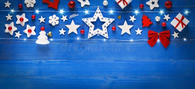 Bandera de la Navidad, decoración en la tabla de madera azul vieja imagen de archivo libre de regalías